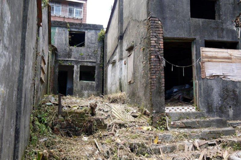 軍方老舊建物沒人管,蛇鼠出沒影響環境衛生。(圖/張毅攝)