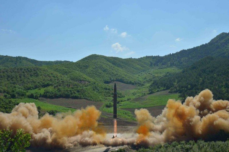 北韓官方電視台說,在領導人金正恩的監督下,4日發射了一枚「火星14號」洲際彈道飛彈。(BBC中文網)