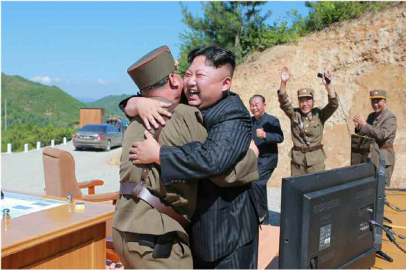 北韓首度成功試射「火星-14型」洲際彈道飛彈,金正恩與士兵開心相擁。(勞動新聞)