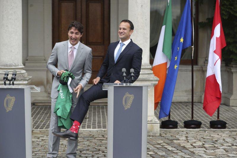 加拿大總理杜魯道(左)日前訪問愛爾蘭,拜會新上任的瓦拉德卡總理,兩人比拚的卻是「襪子」(AP)