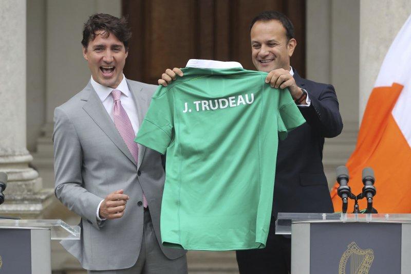 加拿大總理杜魯道(左)日前訪問愛爾蘭,拜會新上任的瓦拉德卡總理送他一件運動衫(AP)