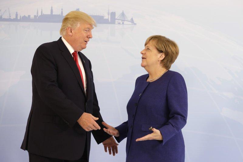 G20峰會前一天,美國總統川普(左)與德國總理梅克爾見面晤談(AP)