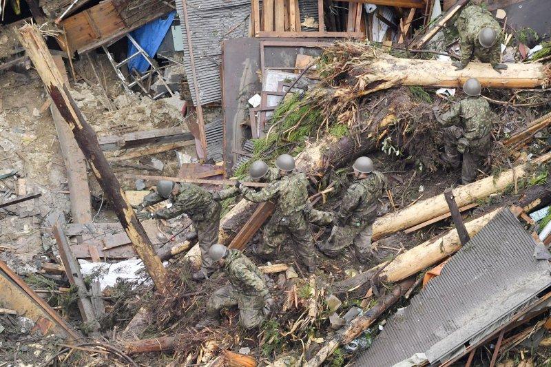 日本九州地區豪雨成災,當地居民的房子化為廢墟(AP)