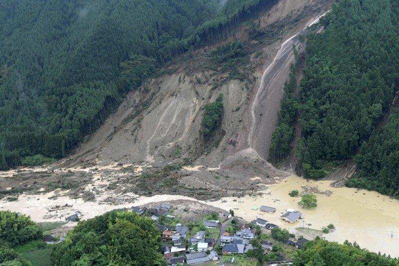 日本九州地區豪雨成災,許多民宅泡在水中(AP)