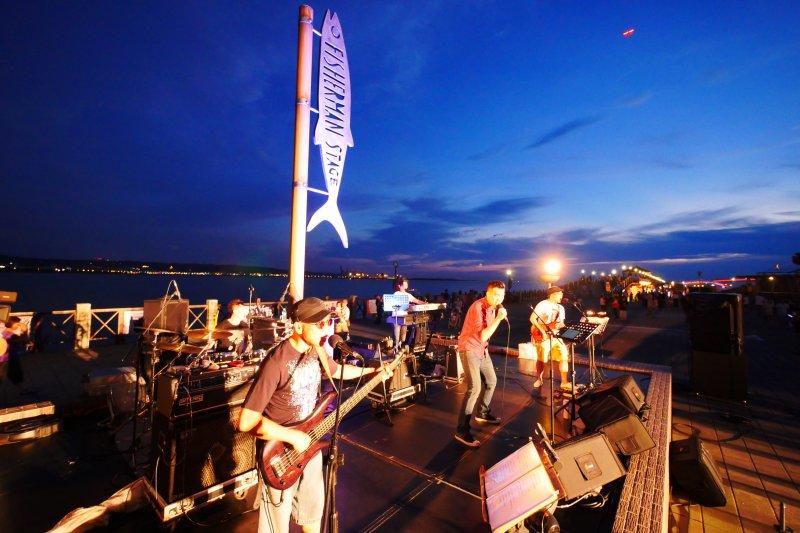 新北市淡水漁人碼頭從7月8日起一連兩個月舉行「夏日音樂季」,每個周六日都有台灣樂團輪番演出。(圖/新北市觀旅局提供)