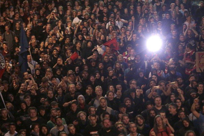 20國集團(G20)領導人高峰會即將在德國漢堡登場,大批民眾6日走上漢堡街頭抗議,與警方發生衝突。(AP)