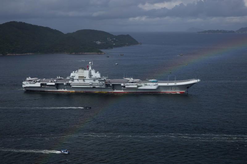 中國第一艘航母「遼寧號」(遼寧艦)在飛彈驅逐艦「濟南號」、飛彈驅逐艦「銀川號」、飛彈護衛艦「煙台號」陪同之下,7月7日駛抵香港,參加香港回歸中國暨解放軍進駐香港20周年活動。(AP)