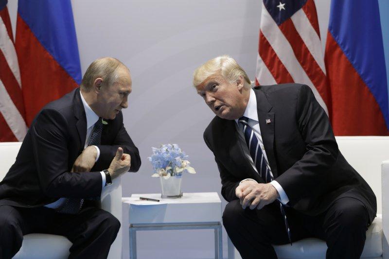 2017年7月7日,美國總統川普與俄羅斯總統普京在德國漢堡首度會面,兩人握手之後稍做寒暄。(美聯社)