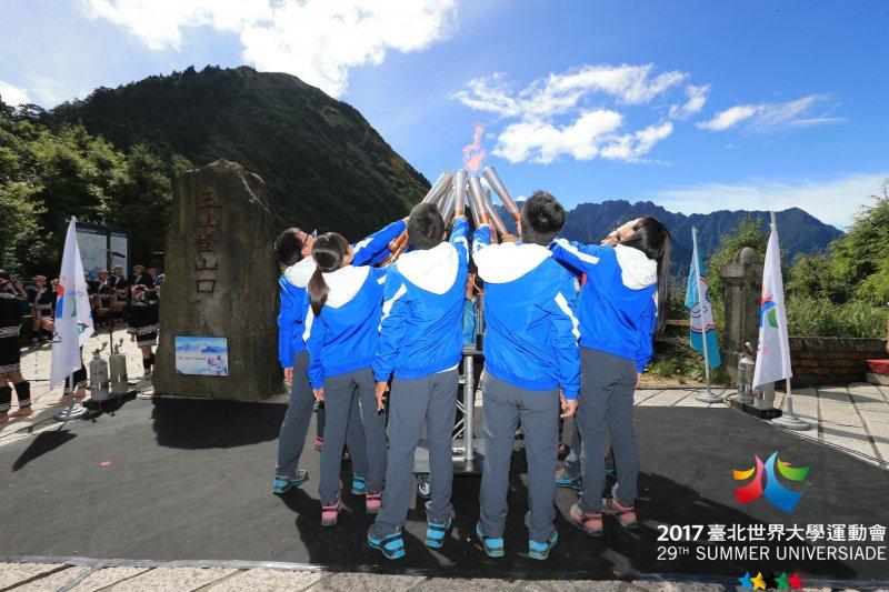 由10名大學生組成的玉山聖火隊,於7日清晨5時20分成功將聖火送上玉山。圖為玉山聖火隊出發前合照。(資料照,世大運組委會提供)