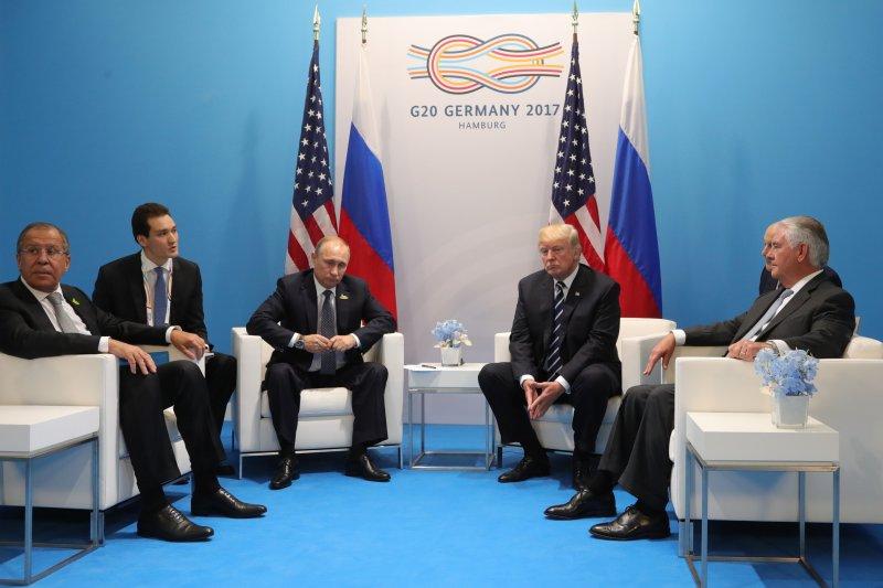 美國總統川普(右三)與俄羅斯總統普京(左三)7日首度正式會面,美國國務卿提勒森(右一)與俄國外長拉夫羅夫(左一)也在場(AP)