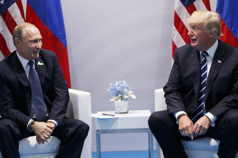 美國總統川普(右)與俄羅斯總統普京7日首度會面,雙方相談甚歡(AP)