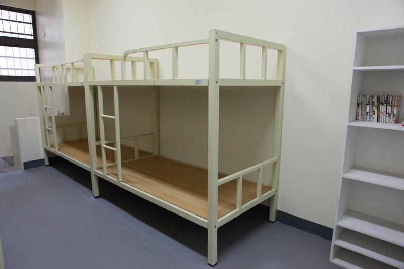 台北監獄新擴建的「至善大樓」及內部設施。法務部次長陳明堂6日受訪時指出,法務部希望在3年內達成每個受刑人有一個床鋪的目標。(法務部提供)