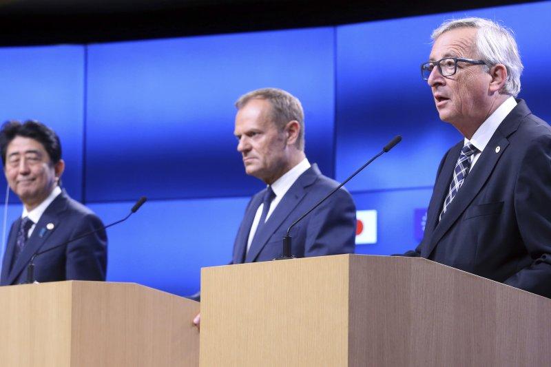 2017年7月6日,(左起)日本首相安倍晉三、歐洲理事會主席圖斯克、歐盟執委會主席容克宣布對日歐《經濟夥伴關係協定》達成框架協議(AP)