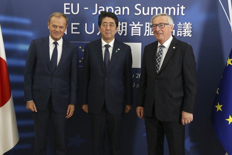 2017年7月6日,(左起)歐洲理事會主席圖斯克、日本首相安倍晉三、歐盟執委會主席容克宣布對日歐《經濟夥伴關係協定》達成框架協議(AP)