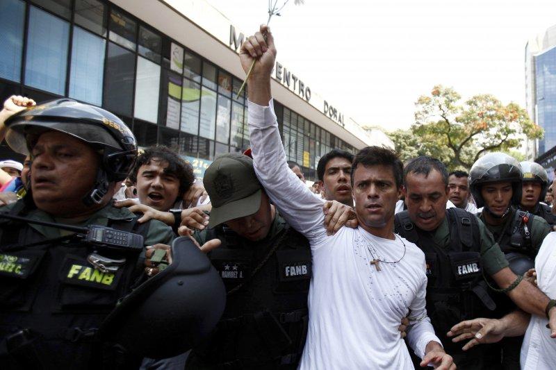 委內瑞拉反對黨「人民志願黨」領袖羅培茲在2014年被捕坐牢(AP)