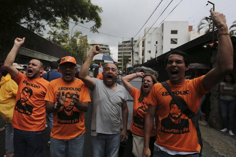 委內瑞拉反對黨「人民志願黨」領袖羅培茲的支持者在他家外面高興歡呼(AP)