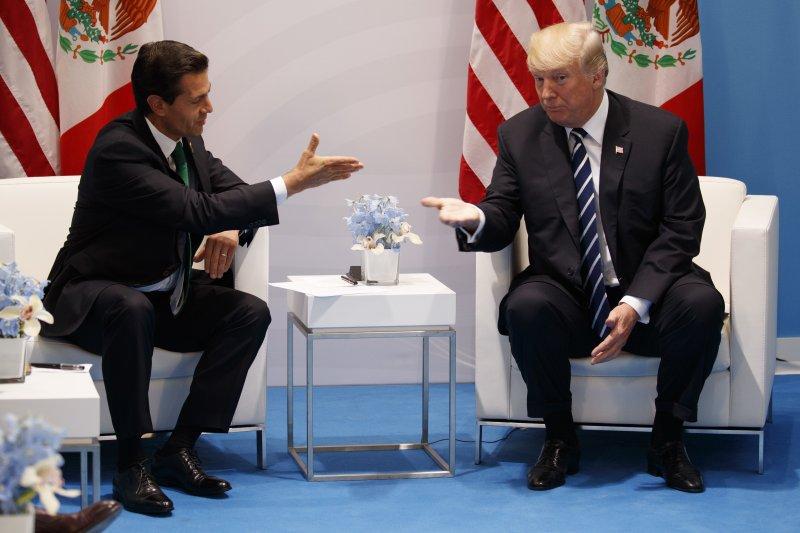 美國總統川普(左)與墨西哥總統潘尼亞涅托在G20峰會舉行會談(AP)