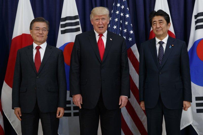 美國總統川普(中)與南韓總統文在寅(左)和日本首相安倍晉三(右)就北韓核問題發表聯合聲明(AP)