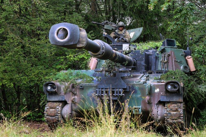 原被暫緩的M109A6自走砲採購案,因其機動性較好,戰場存活率較高,因此再度奪回陸軍對美軍購寶座。(取自美國國防部網站)