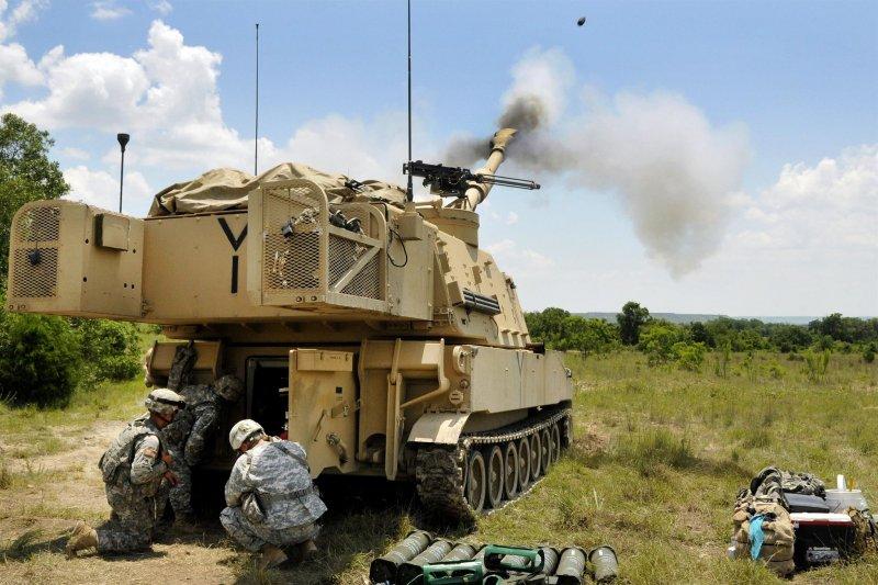 20170709-圖中為M109A6自走砲發射情形,火力相當強大。(取自美國國防部)