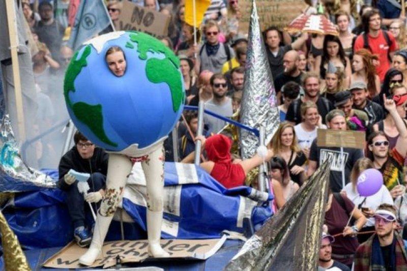 到漢堡參與反G20峰會抗議的示威者,許多是衝著川普對氣候變遷的立場而來。(BBC中文網)