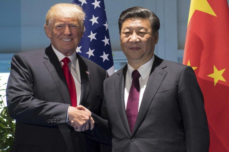 作者指出美軍上將17日特地遠赴中國,密會主席兼中央軍委主席習近平,作者認為美國也開始嚴正面對中國崛起的武裝力量,並擔憂台灣的軍力問題。圖為美國總統川普(左)與中國國家主席習近平(右)7月在德國漢堡舉行雙邊會談。(AP)