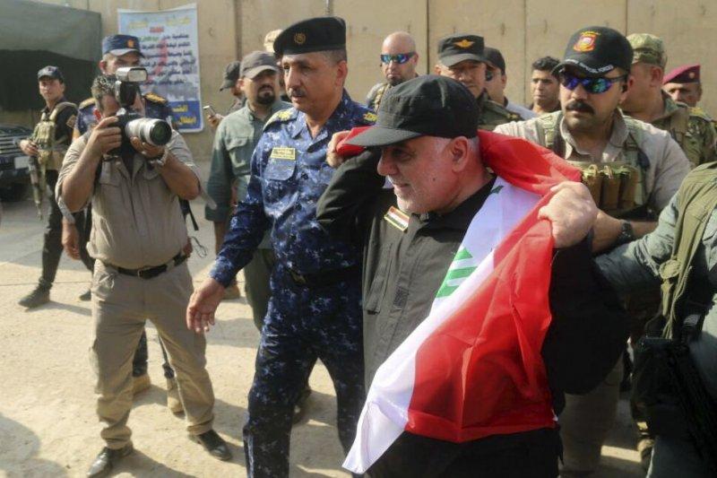 伊拉克總理阿巴迪(Haider al-Abadi,右)9日宣布收復大城摩蘇爾(AP)