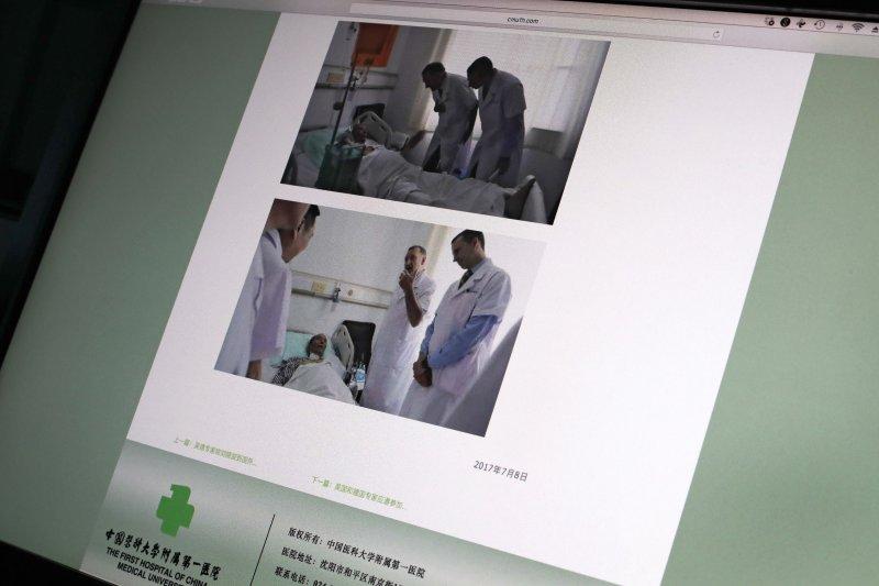 瀋陽中國醫科大學附屬第一醫院週日在官方網站上發布美國MD安德森癌症中心的赫爾曼醫生和德國海德堡大學的布赫萊爾醫生(右)在該醫院與諾貝爾和平獎得主劉曉波見面的照片。(美聯社)