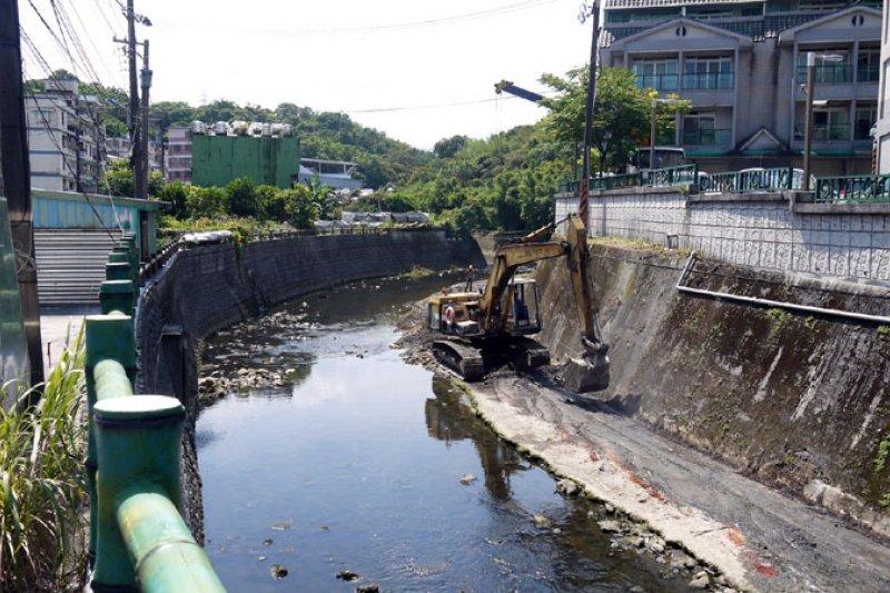 深澳境溪河道開始疏浚工作,避免颱風造成淹水。(圖/張毅攝)