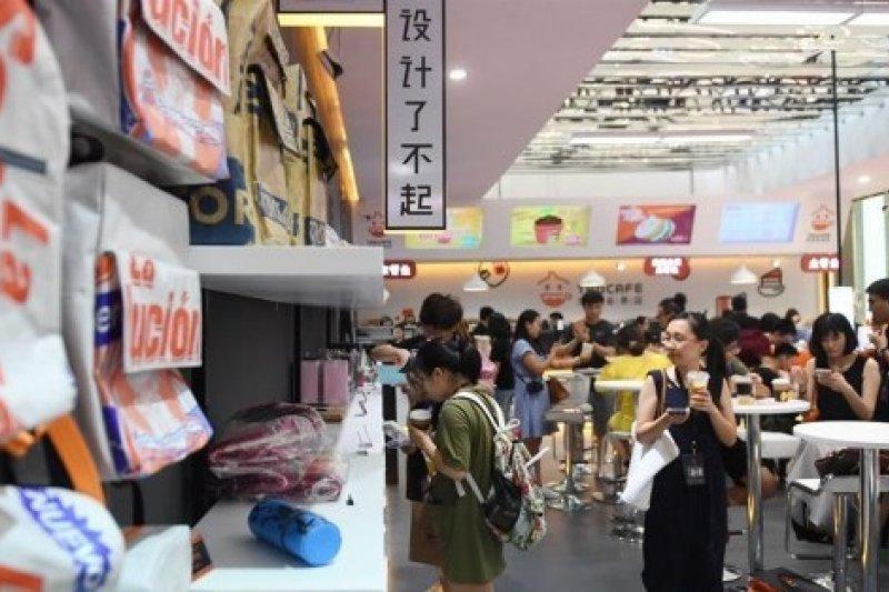 7月8日,杭州國際博覽中心舉辦的2017淘寶造物節上,顧客在「無人商店」內體驗。(新華社)