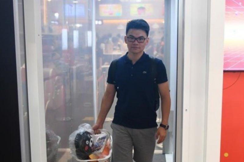 7月8日,一名消費者在「無人商店」選購商品後,經過一道「支付門」,商品經過識別後,幾秒鐘內可自動扣款。(新華社)
