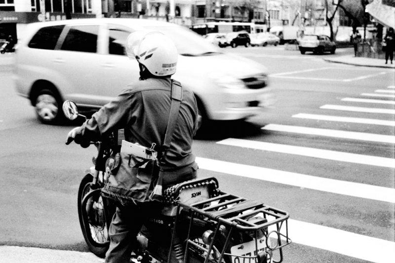 新竹縣一位獨居張爺爺上月病逝,前天告別式上,會場上出現多名身穿綠色制服的郵差...(示意圖/Nisa yeh@flickr)