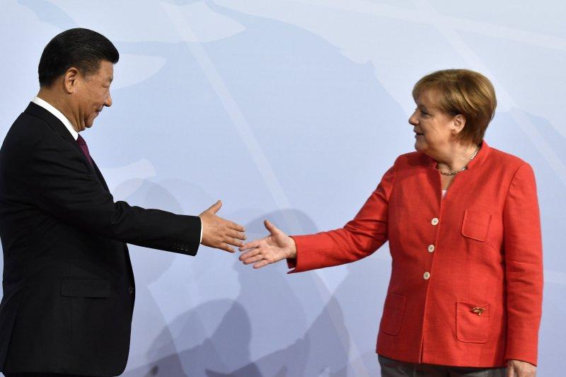 德國總理梅克爾與中國國家主席習近平在G20漢堡峰會開幕時握手致意(AP)