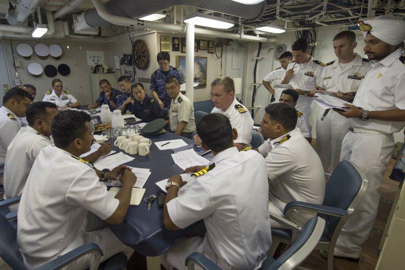 美國、日本、印度的軍官在馬拉巴爾2015軍演中共聚一堂、討論演習對策。(美國海軍官網資料照)