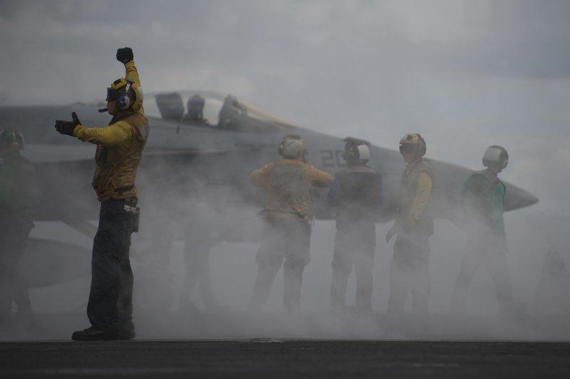 馬拉巴爾2012演習中,卡爾文森號的F/A-18大黃蜂正在蓄勢待發、準備起飛。(美國海軍官網資料照)
