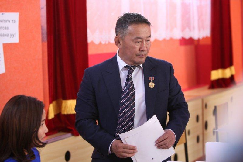 作者指出,2017的總統大選仍深刻反應出搖擺於理想與現實之間的蒙古國,要重返富強的蒙古帝國或是亞洲的瑞士,還有非常長的一段路要走。圖為新任蒙古國總統巴圖勒嘎(Khaltmaa Battulga)(資料照,AP)