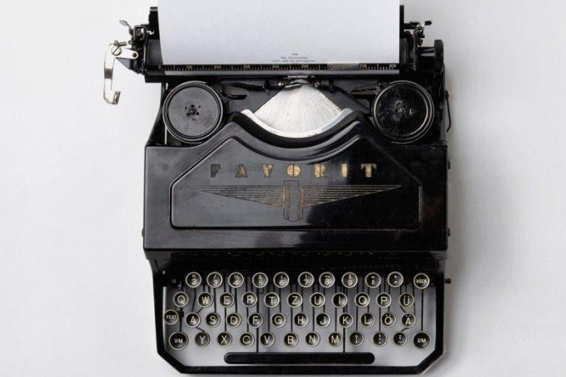 文字工作者想單純以書寫維生愈來愈難了。(圖/Florian Klauer@Unsplash)