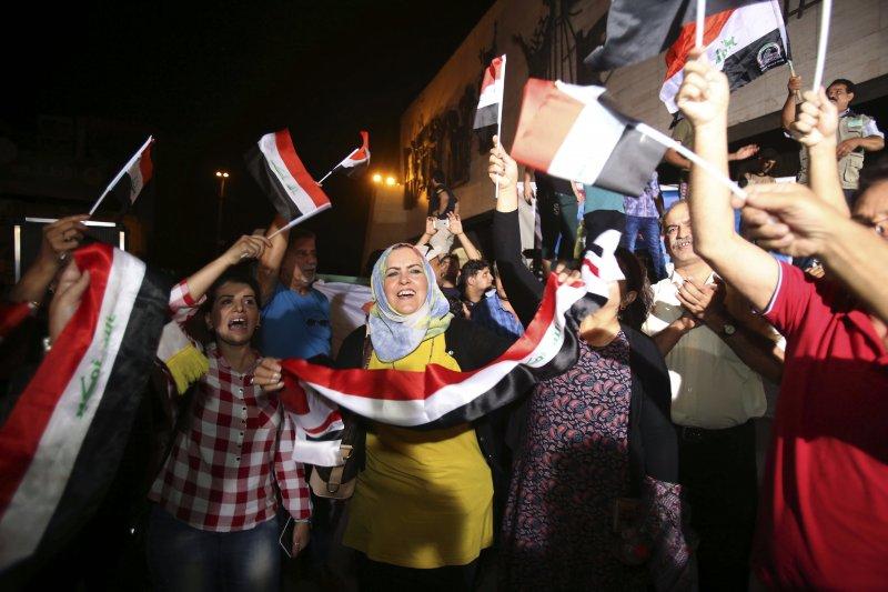 伊拉克收復摩蘇爾,民眾上街慶祝(AP)