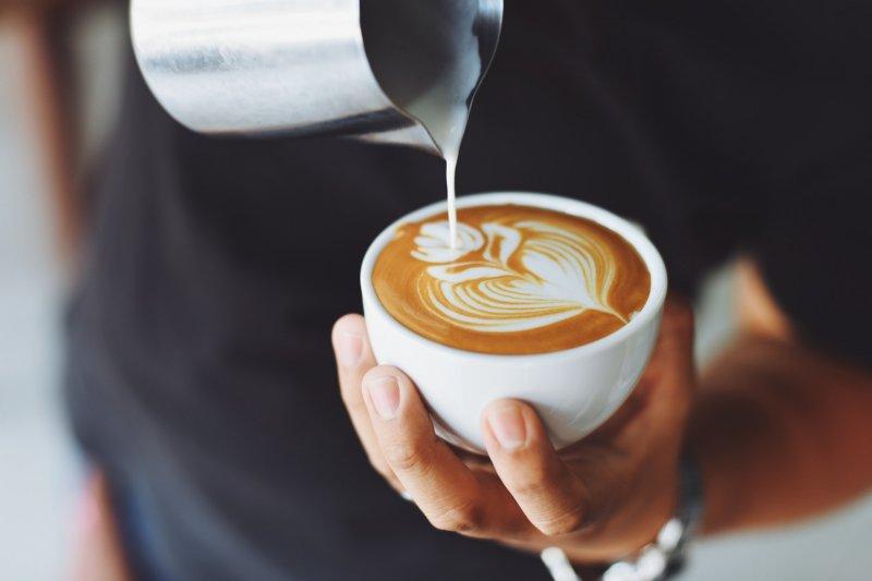 有些人每天不能沒有咖啡,有些人喝了咖啡卻會不舒服,到底喝咖啡有甚麼好處跟壞處呢?(圖/pexels)
