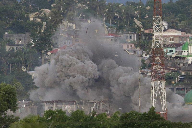 2017年6月9日,菲律賓空軍轟炸南部「伊斯蘭國」分支組織的據點(AP)