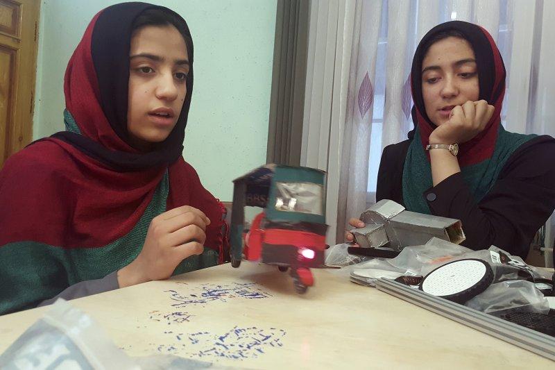 6個阿富汗女學生欲赴美參加機器人競賽,申請簽證入境美國遭拒。(AP)