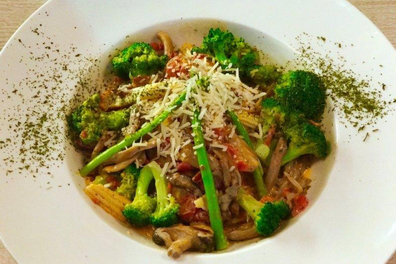 餐點總是搭配大量的新鮮蔬果,肚臍‧柑的簡餐CP值已經是苗栗人認證(圖片提供:肚臍.柑)