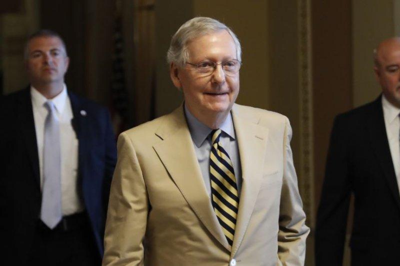 參議院多數黨領袖麥康奈爾公佈共和黨醫保草案後離去。(美國之音)