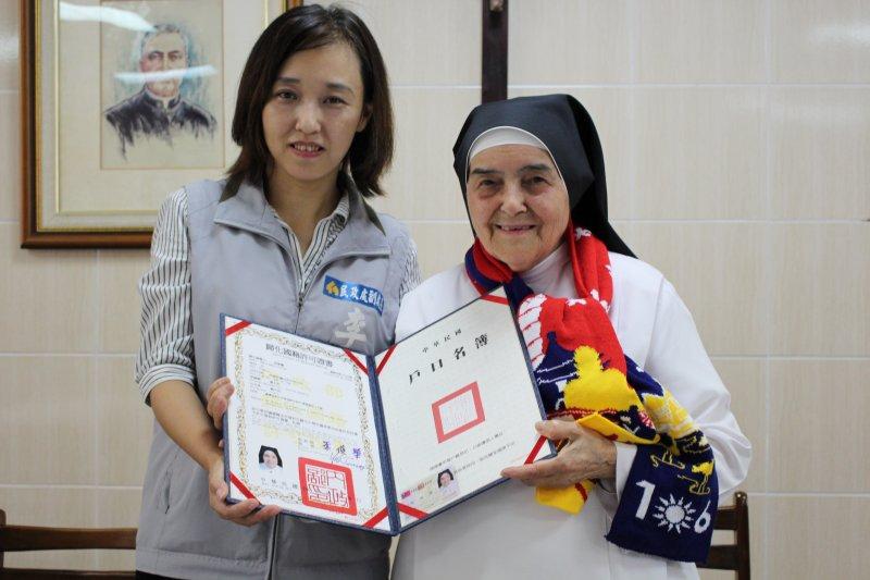 竹市民政處副處長李季縈(左)與周寧慧修女合影。(新竹市政府提供)