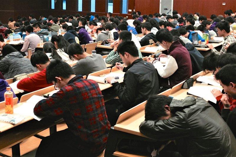 台灣孩子在許多國際賽事上,都表現得十分傑出,但會考試跟會解決問題,是兩種截然不同的能力。(圖/Kevin Dooley@flickr)