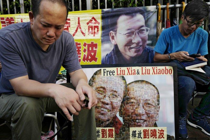 劉曉波辭世,讓國際關注其他同樣敢言、並且還留在中國大陸的知名異議人士等人處境。(資料照,美聯社)