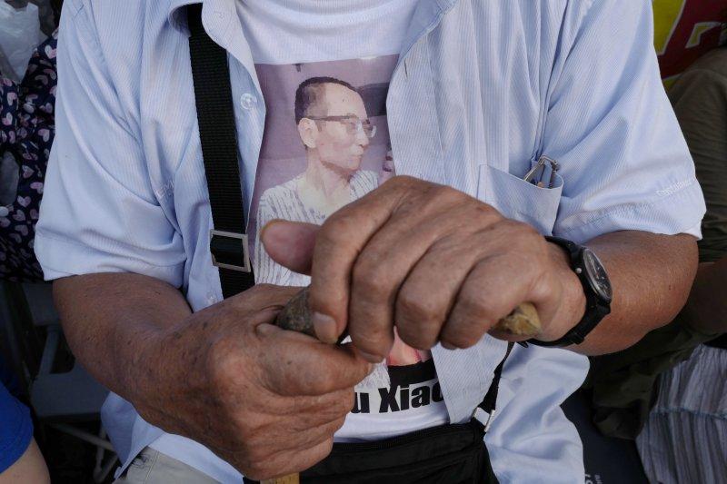 香港民眾聲援遭中共政權囚禁到癌症末期的中國民主人權運動領袖、諾貝爾和平獎得主劉曉波。(AP)