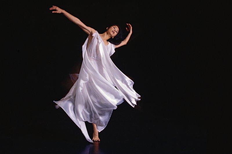 第19屆台北電影節閉幕片《曼菲》歷時三年製作,內容以已故舞蹈家羅曼菲的創作為軸線,帶領觀眾一起思考創作與生命的關係。(圖/杜可風攝,雲門基金會提供)