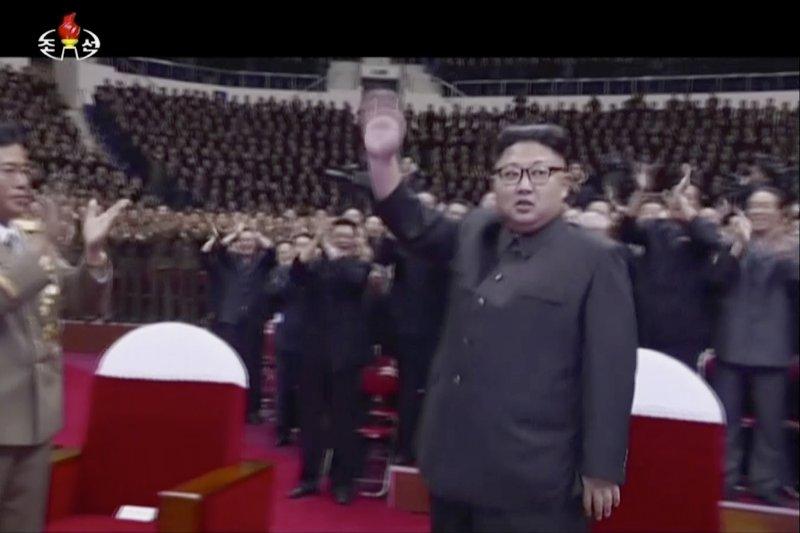 金正恩為慶賀洲際彈道飛彈發射成功,10日請來牡丹峰樂團表演。(美聯社)