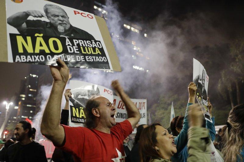 12日晚間,魯拉的支持者憤怒抗議法院一審的判決結果(AP)